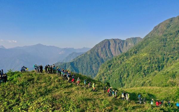 """Bộ ảnh ghi trọn cảnh thần tiên đẹp đến nao lòng trên đỉnh Ky Quan San: """"Thu vào tầm mắt muôn trùng nước non"""" chính là đây!"""