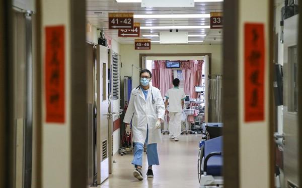 Áp lực dân số già hóa, tâm lý 'trọng công, chê tư' đẩy hệ thống y tế Trung Quốc vào bế tắc