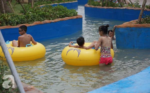 Mới khai trương hơn 1 ngày, công viên nước lớn nhất Thủ đô đã đục ngầu như ao, rác nổi lềnh phềnh bể bơi