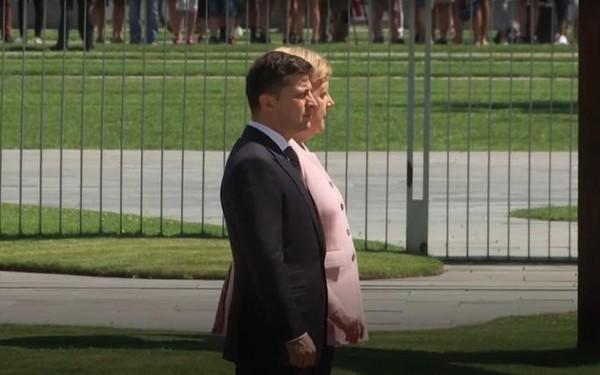 Video: Thủ tướng Đức run lẩy bẩy trong lễ đón Tổng thống Ukraine