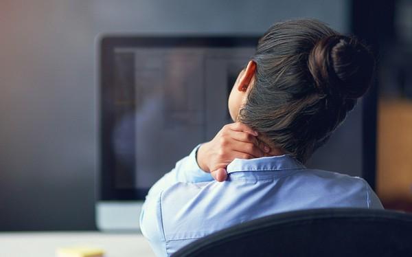 Làm việc khó khăn do thường xuyên đau vai gáy, cẩn thận bạn có thế mắc phải những bệnh này