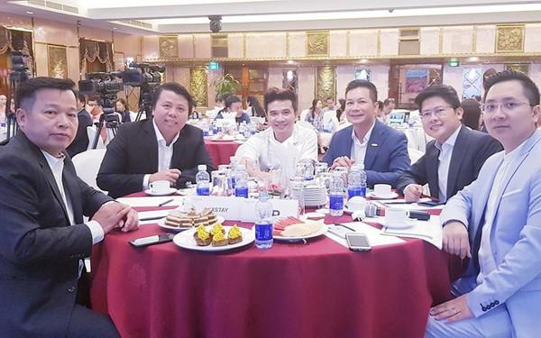 """Nghi vấn dàn """"cá mập"""" là chỗ """"thân quen"""" với startup vừa nhận được deal 6 triệu USD Luxstay: Lộ hình ảnh Shark Hưng, Shark Việt cùng Shark Dzung trong sự kiện của Luxstay năm ngoái"""