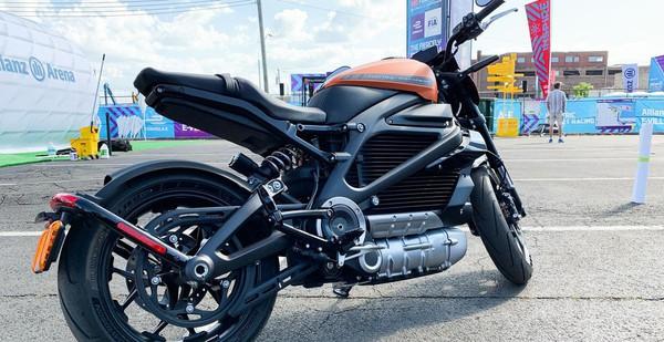 """Đến cả Harley-Davidson lừng danh cũng bắt đầu làm xe máy điện: """"Bố già trăm tuổi"""" xuất chiêu cố cứu doanh thu sụt giảm nhiều năm liên tiếp!"""