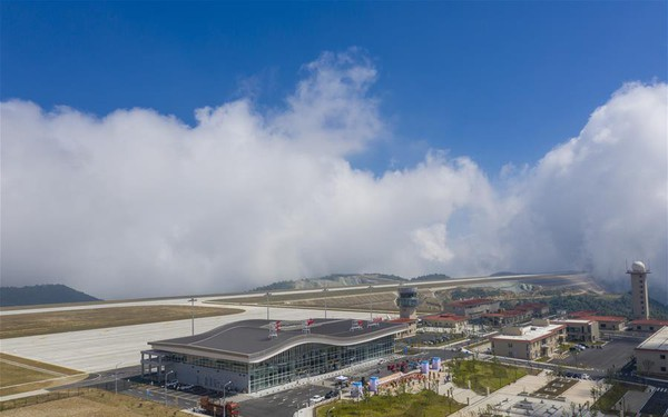 Bên trong sân bay nằm trên 'biển mây' vừa mở cửa tại Trung Quốc