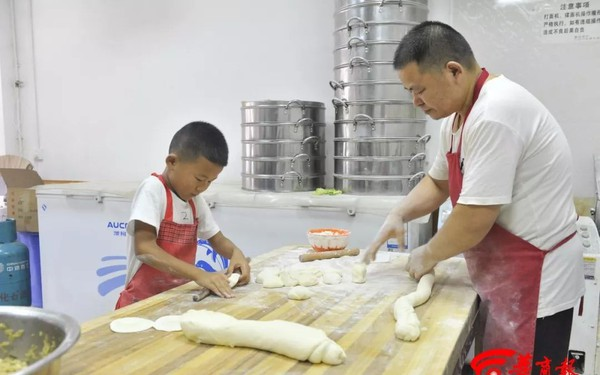 """""""Soái ca bánh bao"""" 7 tuổi gây sốt MXH với tài cán bánh thần tốc, giúp bố bán 2000 bánh mỗi ngày, cả lớp kéo đến nhà bái sư"""