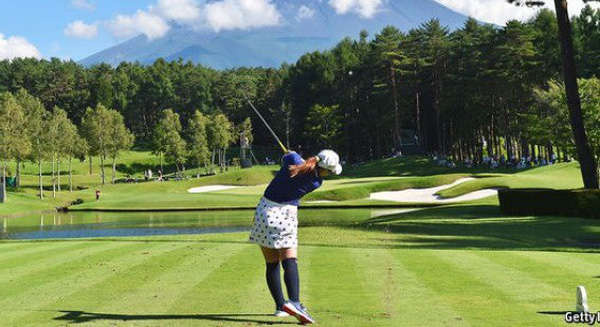 """Giới trẻ Nhật """"chê"""" môn đánh golf, các doanh nghiệp lớn phải xoay xở làm khu du lịch nghỉ dưỡng kết hợp với chơi golf để lôi kéo khách du lịch"""