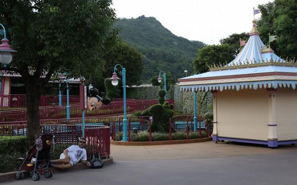 """Disneyland Hong Kong """"vắng như chùa bà Đanh"""" vì bất ổn chính trị"""