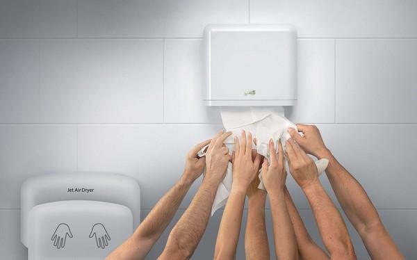 Giấy vệ sinh vs Máy sấy tay: Cuộc đại chiến không hồi kết trong toilet