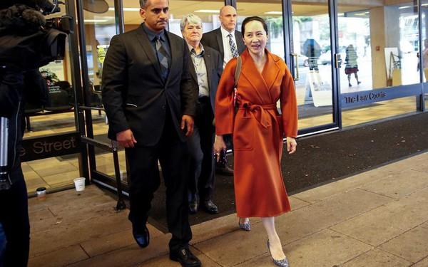 """Sau 10 tháng tù lỏng trong biệt thự triệu USD, """"công chúa Huawei"""" xuất hiện tại tòa như đi trình diễn thời trang"""