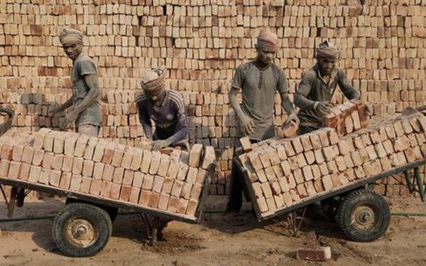 24h qua ảnh: Công nhân làm việc trong một nhà máy gạch ở Bangladesh