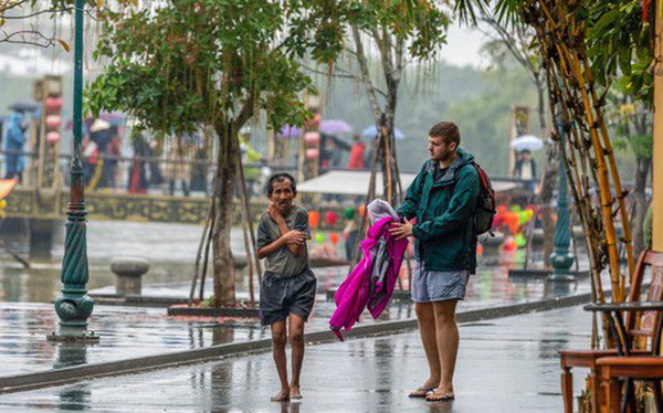 """Thấy người đàn ông Việt co ro giữa mưa lạnh, chàng trai ngoại quốc đuổi theo và có hành động """"nghìn like"""""""