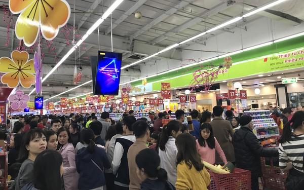 22h, các ông bố vẫn chật vật ôm con đứng khắp siêu thị