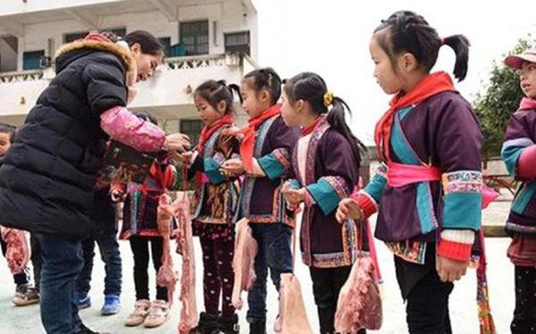 Các trường học Trung Quốc thi nhau tặng thịt lợn, chân giò cho học sinh xuất sắc để ăn Tết Kỷ Hợi