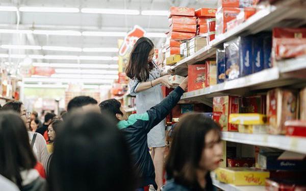 """""""Choáng"""" với cảnh siêu thị ở Hà Nội kín đặc người ngày cuối năm, khách trèo lên cả kệ hàng để mua sắm"""