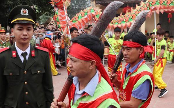 """Biển người chen chân dưới nắng nóng ở chùa Hương, dân đứng kín đường ném lì xì cho """"ông lợn"""""""