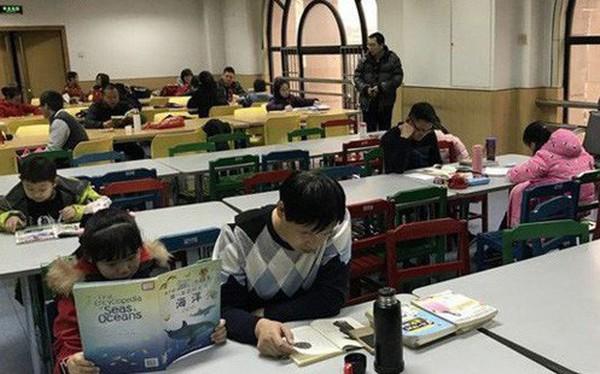 Không có thời gian mở lì xì, trẻ em Trung Quốc lao đầu vào học thêm xuyên Tết