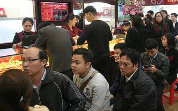 Chưa tới ngày vía Thần tài nhưng người dân đã đổ xô đi mua vàng, cửa tiệm phục vụ cả ghế nhựa cho khách đỡ mỏi chân