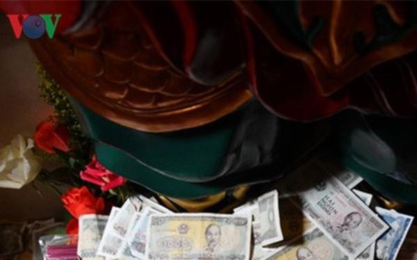"""""""Rải tiền lẻ khi đi lễ chùa là hành động sai lầm"""""""
