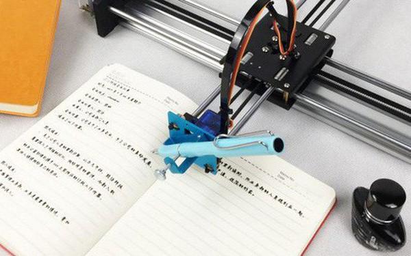 Học sinh Trung Quốc thi nhau mua robot giả chữ viết tay về làm bài tập cho nhàn