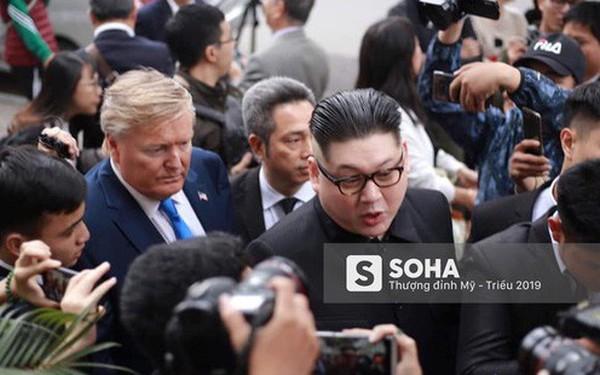 Bản sao của ông Kim Jong-un và ông Donald Trump bị phóng viên vây kín khi xuất hiện tại Hà Nội