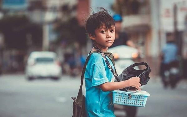 Cậu bé bán vé số lạc quan, 3 hộp xôi đậu giá 10 ngàn và câu chuyện về tính hào sảng của người Sài Gòn