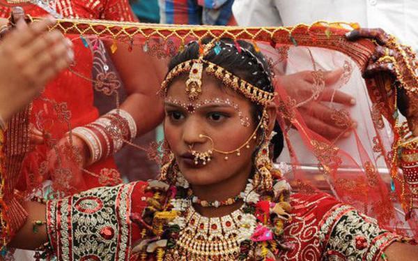 """Soi vào những đám cưới """"dát vàng"""" ở Ấn Độ để thấy sự xa hoa có lí lẽ của nó"""