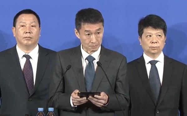 Đăng đàn thông báo kiện chính phủ Mỹ nhưng lãnh đạo Huawei không quên cầm theo Mate X để quảng cáo
