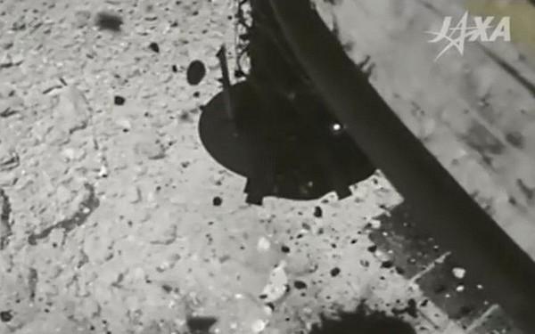 Xem khoảnh khắc tàu vũ trụ Hayabusa 2 của Nhật Bản đáp xuống tiểu hành tinh từng hình thành cùng Hệ Mặt Trời