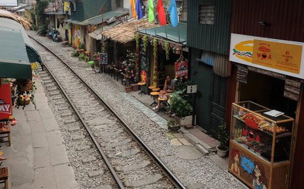 Hàng quán mọc lên san sát tại khu đường tàu Hà Nội nổi tiếng trên báo quốc tế