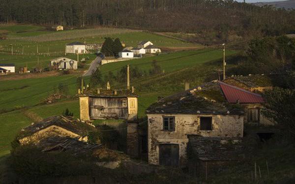 """Những """"ngôi làng ma"""" bị bán rẻ và bài toán hóc búa cho tương lai Tây Ban Nha"""