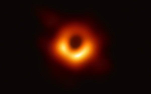 """Đây là cách các nhà khoa học lần đầu tiên """"chụp ảnh"""" được cái hố đen rộng 38 tỷ km"""