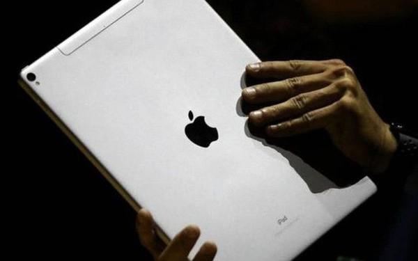 """Lơ là để bé 3 tuổi nghịch iPad, ông bố nhận cái kết đắng khi máy bị khóa tới cả """"nửa thế kỷ"""""""