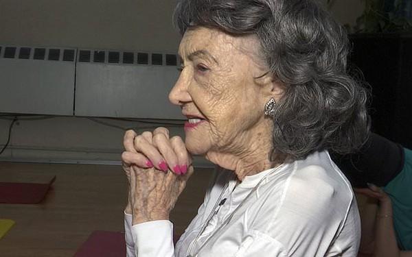 Giáo viên yoga cao tuổi nhất thế giới: 100 tuổi, 4 lần thay khớp hông vẫn dạy yoga và tập khiêu vũ