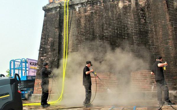 """Cổng Ngọ Môn của Đại Nội Huế được """"khoác áo mới"""" bằng công nghệ hơi nước nóng, trả lại màu sắc như 186 năm trước"""