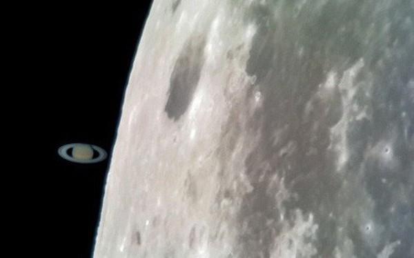 """Tin được không: Tấm ảnh Sao Thổ """"chạm"""" Mặt trăng này được chụp bằng Galaxy S8 gắn kính viễn vọng!"""