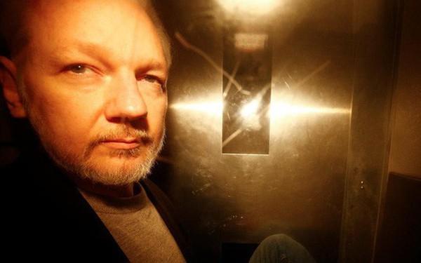 Nhà sáng lập WikiLeaks lĩnh án tù gần 1 năm