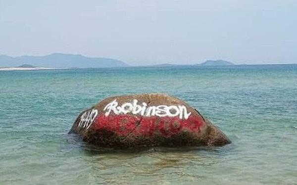 """Dòng chữ """"Robinson"""" xuất hiện trên hàng loạt mỏm đá ở bãi biển Bình Định, dân mạng bức xúc tìm danh tính người vẽ bậy"""
