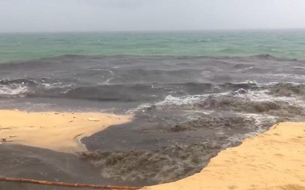 Khách du lịch đứng hình khi thấy dòng nước đen ngòm tràn thẳng từ cống ra biển Phú Quốc