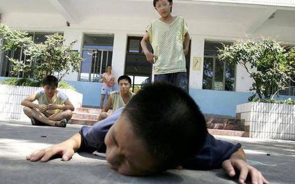 Khi con bị bắt nạt, cha mẹ đừng dạy con nói 3 từ này bằng không càng khiến trẻ bị tổn thương nặng nề hơn