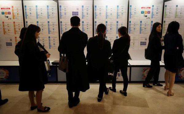 """""""Thừa thầy thiếu thợ"""", Hàn Quốc phải """"xuất khẩu"""" cử nhân thất nghiệp"""