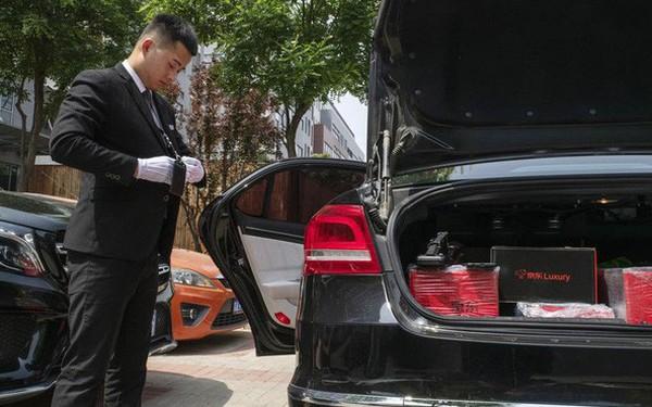 """Khám phá dịch vụ mua hàng xa xỉ qua mạng tại Trung Quốc: Shipper đi """"Mẹc"""", mặc suit, đeo găng trắng, giao hàng giống như tiến hành một nghi lễ"""