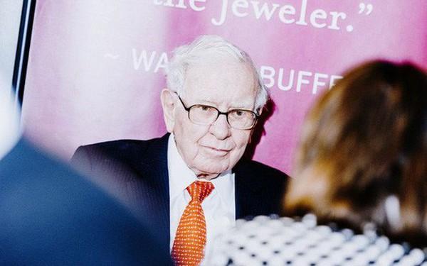 """""""Người giấu mặt"""" chi gần 4,6 triệu USD mua bữa trưa với Warren Buffett"""