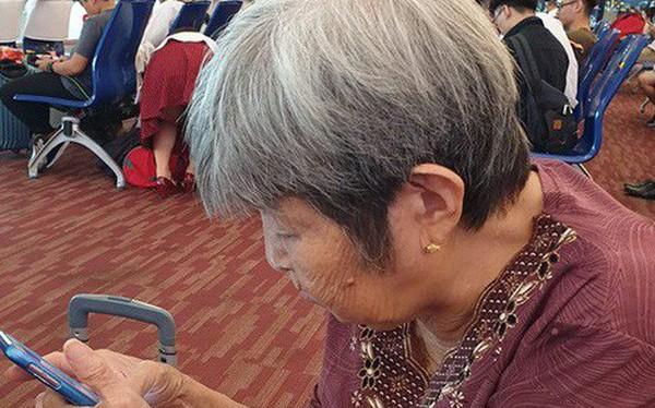 """Bà cụ Việt 76 tuổi trốn con cháu đi du lịch bụi Thái Lan: Tự lên mạng book chỗ ăn chơi, dùng """"gu gồ máp"""" để kiếm đường"""