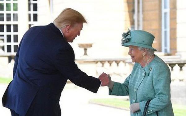 """Lần thứ 2 gặp Nữ hoàng Anh, TT Trump lại khiến dân mạng """"dậy sóng"""" vì cú bắt tay... chẳng giống ai?"""