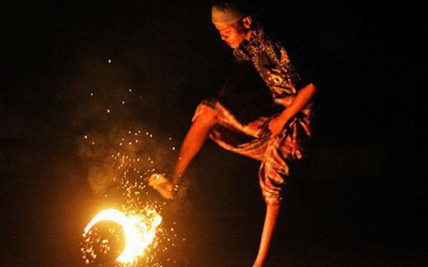 """Đá bóng thường chưa đủ đã, học sinh Indonesia còn có cả phong tục """"đá lửa"""""""