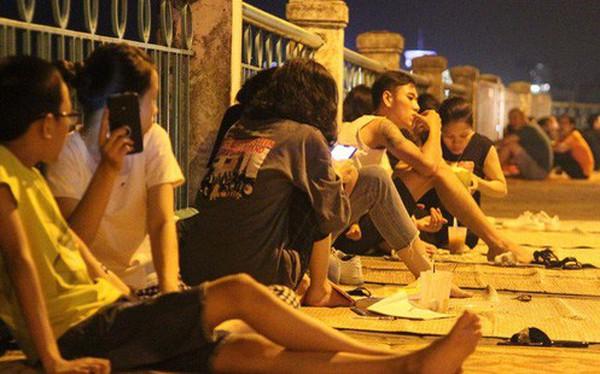 Nắng nóng sắp chấm dứt, người Hà Nội rủ nhau ra Hồ Tây hóng mát trong đêm và mong chờ mưa rào giải nhiệt