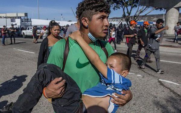 """Những bức ảnh lay động lòng người cho thấy sự tàn nhẫn của thảm họa di cư, khi hàng rào thép gai nơi biên giới """"cứa nát"""" cuộc đời những đứa trẻ"""