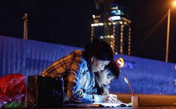 """Phía sau bức ảnh cậu bé học bài trên vỉa hè cạnh chợ Bến Thành Sài Gòn: """"Không giấy tờ, không nhà cửa thì đi học làm sao..."""""""