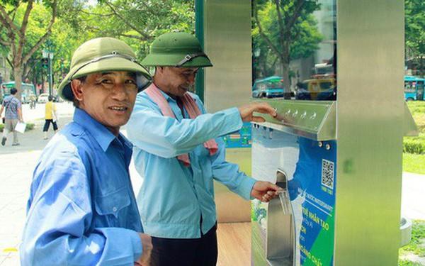 Người dân thích thú với cây lọc nước thông minh, có trang bị camera an ninh lần đầu tiên xuất hiện tại Hà Nội