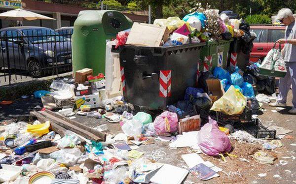 Không thể tin nổi ở Rome: Rác ngập phố, bốc cháy dưới nắng